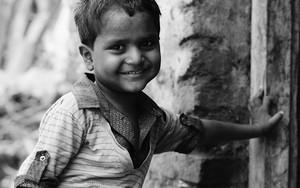 壁に手をつく幼い男の子