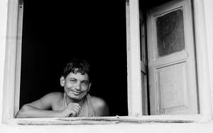 窓辺にいた男の笑顔