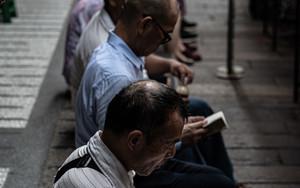 龍山寺で読経する人びと