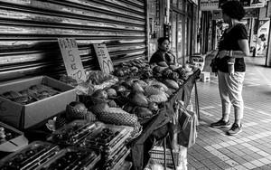 歩道の果物屋
