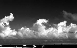 ビーチパラソルと雲と来間大橋
