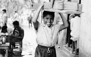 長椅子を運ぶ男の子