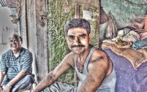 髭の男の穏やかな微笑み