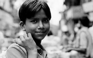 男の子の穏やかな微笑み