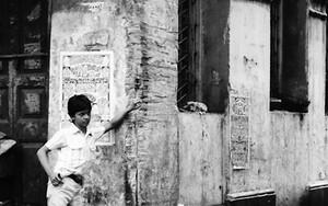 街角に立つ青年