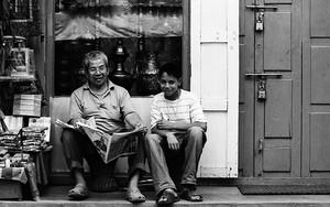お土産物屋の前の父と息子