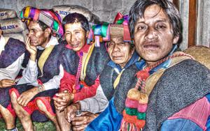 民族衣装の男たち
