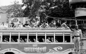 バスと交通整理する人