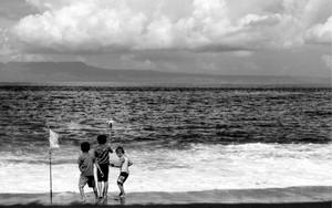 浜辺の男の子とポール