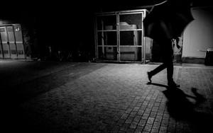 暗い通路を歩く傘