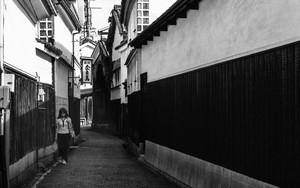 路地で俯く若い女