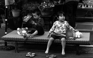 店先で遊ぶ二人の子