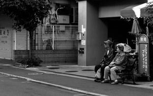 ベンチに腰掛けていた老夫婦