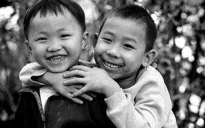 幼い男の子の笑顔がふたつ