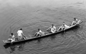 ボートに乗る若い僧侶