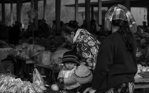 市場にいた赤ん坊とお母さん