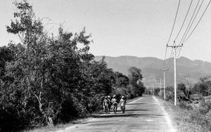 田舎道を歩く人影