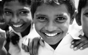 男の子の笑顔と白い歯
