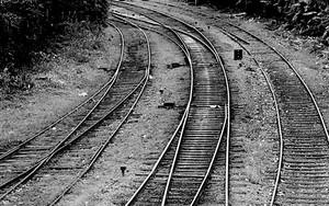 線路の上を歩く男の子