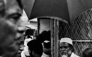 傘の下の髭の男