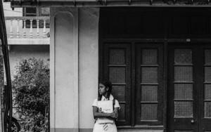 バスを待つ女子学生