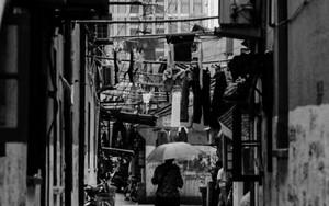 上海の路地を往く傘