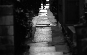 石畳の路地に人影