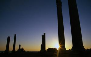 アル・ミナーの柱と夕陽