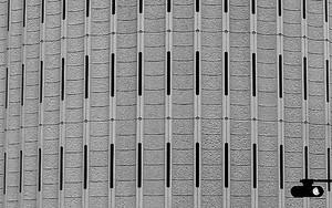 細長い窓のビル