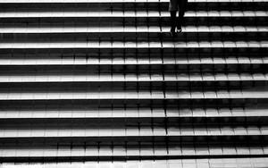 階段を降りる人影