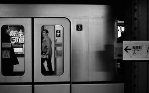 停車中の地下鉄