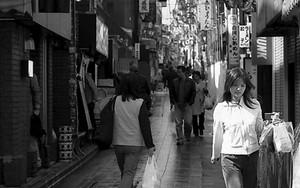 クリーニングを持って歩く若い女性