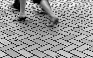 歩いていく足