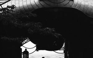 仁王門をくぐる人影