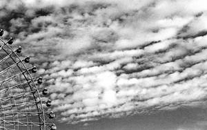 観覧車と雲