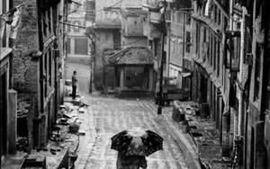 濡れた坂道の傘