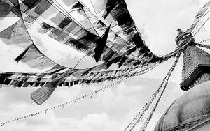 風になびくタルチョ