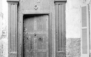重厚な扉の前の少年