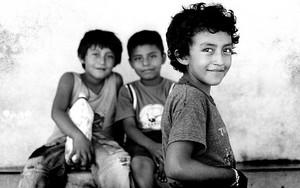 三人の男の子の視線