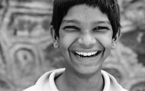 目を細めて笑う少年