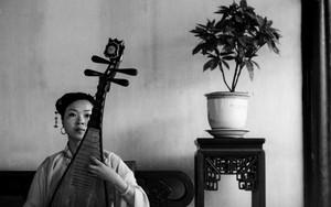 留園で琵琶を奏でる女