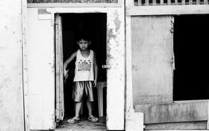 扉のところに立つ渋面の少年
