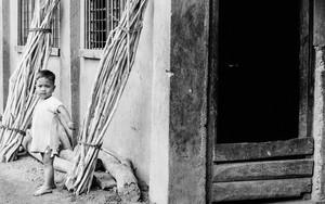 薪の横に立つ稚児