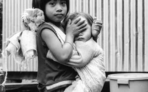 少女は赤子の目を隠す