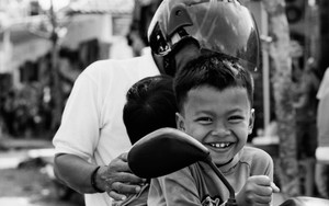 バイクに乗った男の子とお父さん
