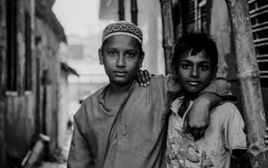 シャルワニを着た男の子とポロシャツを着た男の子