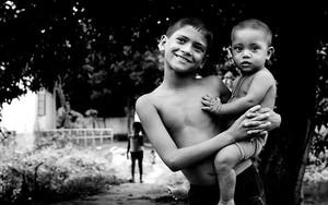 幼い弟を抱えた男の子