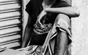 道端の台に腰掛けていた青年