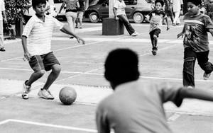 サッカーに興じる少年たち