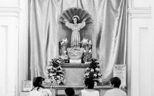 祭壇の前の家族